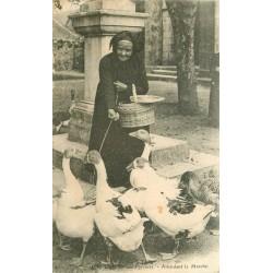 Régions Les Pyrénées. Vieille femme nourissant ses oies en attendant le Marché 1907