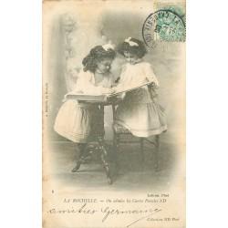 17 LA ROCHELLE. On admire les Cartes Postales. Collection ND Phot 1906