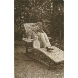 BEAUTE FEMININE AUTREFOIS. Jeune femme allongée en bas et petite culotte subjective...
