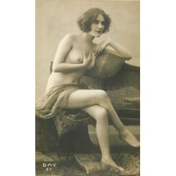 BEAUTE FEMININE AUTREFOIS. Jeune femme assise alanguie aux seins nus