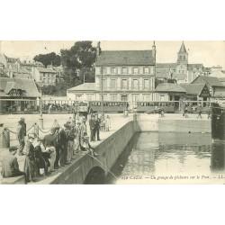 14 CAEN. Pêcheurs sur le Pont et train tramway 1909