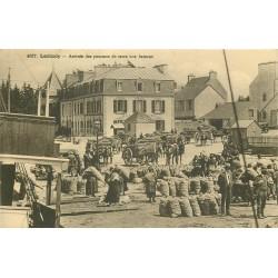 29 LOCTUDY. Arrivée des pommes de terre aux Bateaux avec Hôtel des Bains