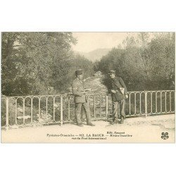 carte postale ancienne 66 LA CERDAGNE. La Raoure Rivière Frontière. Douaniers Espagnole et Français