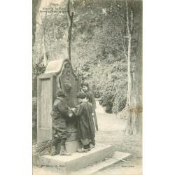 22 DINAN. Enfants à la Fontaine des Eaux