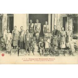 Cambodge ANGKOR-WAT. Les Bonzes gardiens des Monuments Khmers
