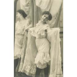 59 DOUAI. Chaussures Queneutte-Lefin 6 rue de Valenciennes. Photo Carte rare publicitaire en robe de nuit