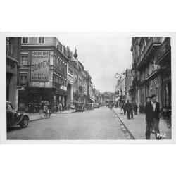 Photo cpa 59 DOUAI. Voitures anciennes rue de Bellain avec magasin Bata