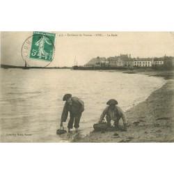 56 ETEL. Ramasseurs de Crustacés sur la Rade 1908