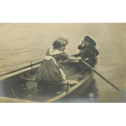 CANADA. Photo Cpa rare d'une rameuse en barque avec Fillette 1907
