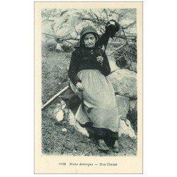 carte postale ancienne 63 AUVERGNE. Une Fileuse