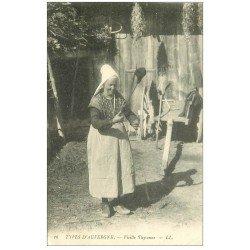 carte postale ancienne 63 AUVERGNE. Vieille Paysanne 1906