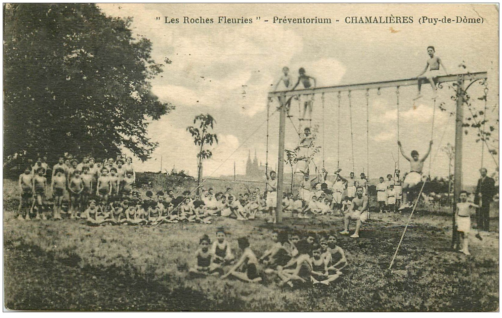 """carte postale ancienne 63 CHAMALIERES. Préventorium """""""" Les Roches Fleuries """""""" 1938 Jeux d'Enfants en plein air"""