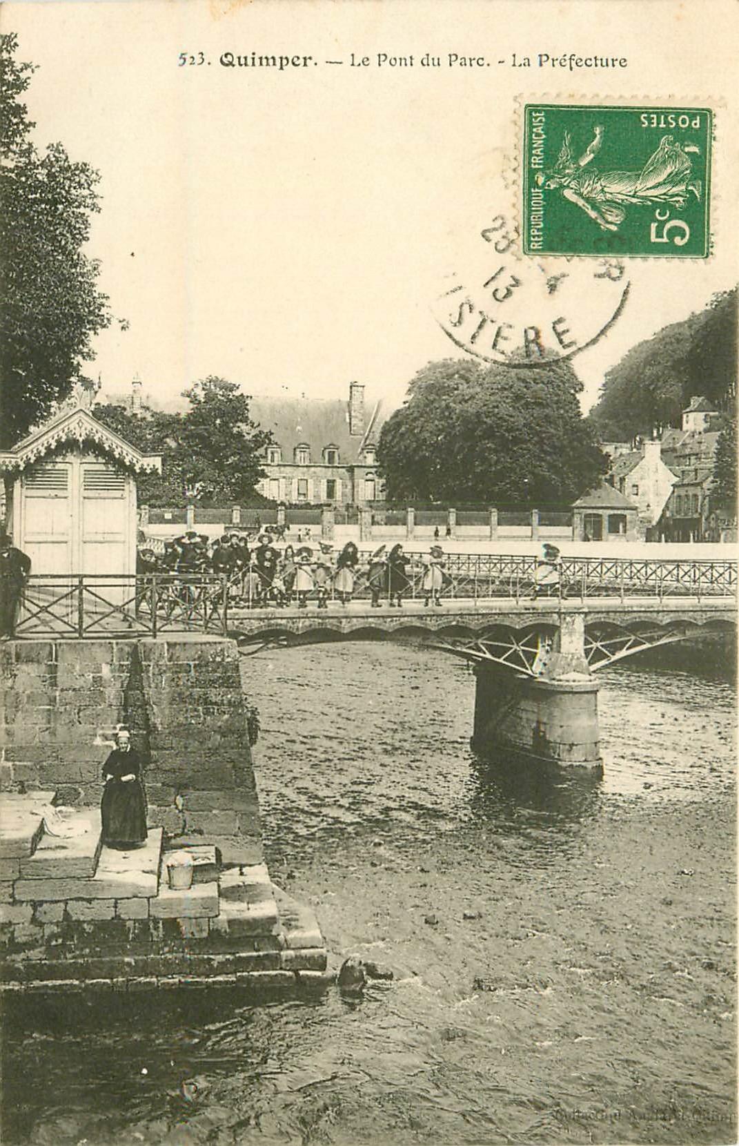 29 QUIMPER. La Préfecture et enfants sur le Pont du Parc 1913