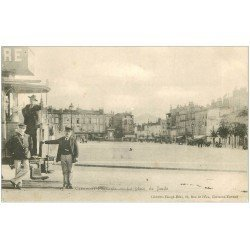 carte postale ancienne 63 CLERMONT-FERRAND. Employés du Tramway Place Jaude vers 1900