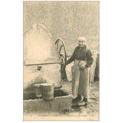carte postale ancienne 63 CLERMONT-FERRAND. Paysanne d'Auvergne à la Fontaine manuelle