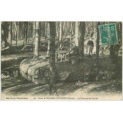 carte postale ancienne 02 VILLERS-COTTERETS. Personnages à la Fontaine des Gardes 1910