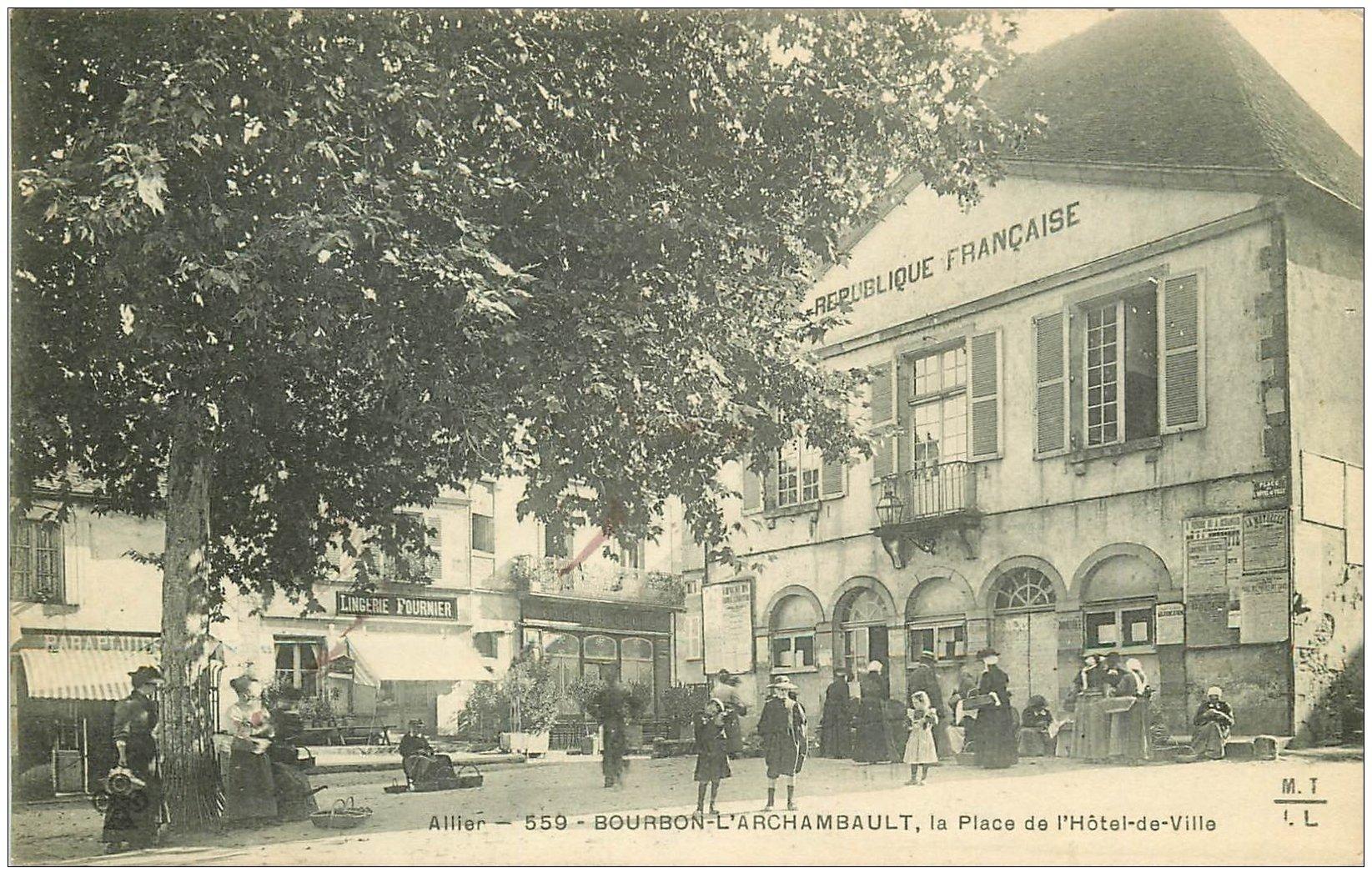 carte postale ancienne 03 BOURBON L'ARCHAMBAULT. Place Hôtel de Ville 1910