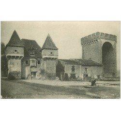 carte postale ancienne 46 CAHORS. Barbacane Tour des Pendus. Citadin buvant à la Fontaine