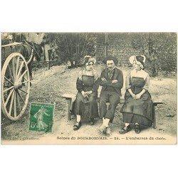 carte postale ancienne 03 BOURBONNAIS. L'embarras du choix entre deux Femmes...