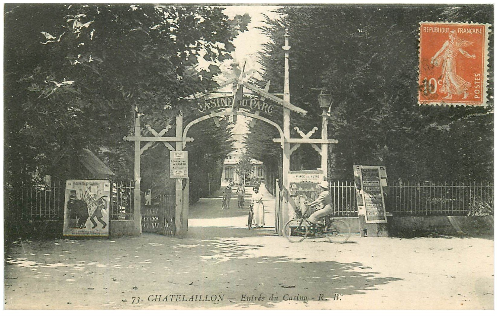 carte postale ancienne 17 CHATELAILLON. Femmes à vélo Entrée du Casino 1916