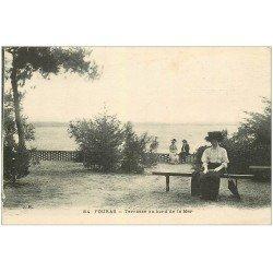 carte postale ancienne 17 FOURAS-LES-BAINS. Terrasse au bord de la Mer. Femme assise avec ombrelle