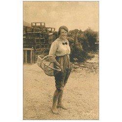 carte postale ancienne 17 ILE D'OLERON. Pêcheuse d'Huîtres. Métiers de la Mer