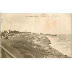 carte postale ancienne 17 LA GRANDE COTE. Arrivée du Tram 1916 (pli transversal)...