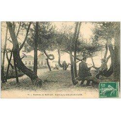 carte postale ancienne 17 LA GRANDE COTE. La Forêt 1908. Personnage lisant son journal