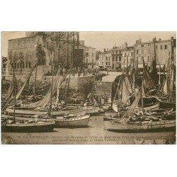 carte postale ancienne 17 LA ROCHELLE. Le Port. Arrivée des Barques de pêche Tour de la Chaîne 1930 (timbre manquant)...