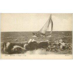 carte postale ancienne 17 ROYAN. Barque de Pêche sur les Vagues
