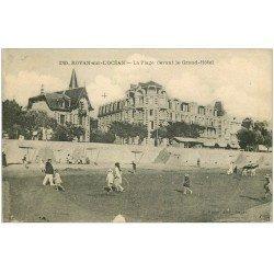 carte postale ancienne 17 ROYAN. La Plage devant le Grand Hôtel. Carte Publicitaire