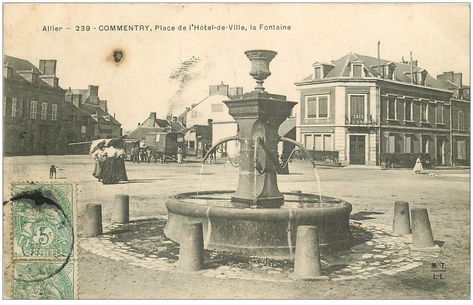 carte postale ancienne 03 COMMENTRY. Fontaine Place Hôtel de Ville 1907. Roulotte et Café de l'Union
