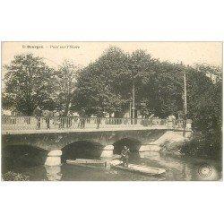 carte postale ancienne 18 BOURGES. Animation sur le Pont et barques sur l'Yèvre 1906