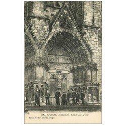 carte postale ancienne 18 BOURGES. Cathédrale Portail Saint-Ursin animé