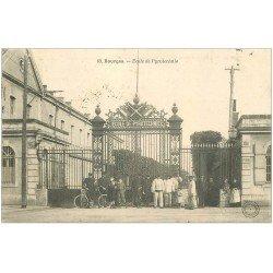 carte postale ancienne 18 BOURGES. Ecole de Pyrotechnie animée 1905. Militaires et artificiers