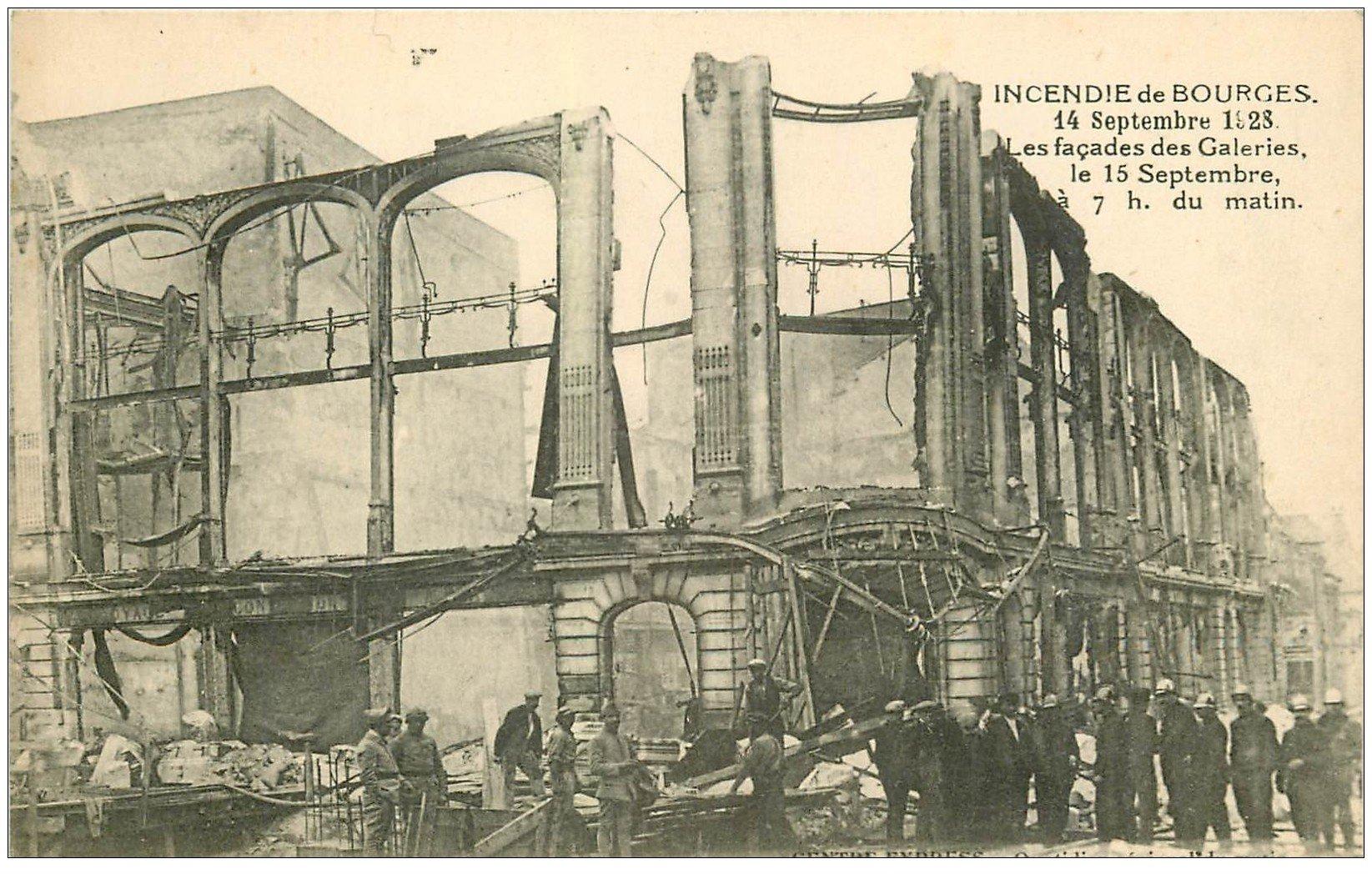 carte postale ancienne 18 BOURGES. Incendie de 1928 Façades des Galeries avec Pompiers