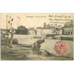 carte postale ancienne 18 BOURGES. La gare du Canal vers 1907. Vieille Femme et tuyau d'eau sale face Entrepot Grande Tuilerie