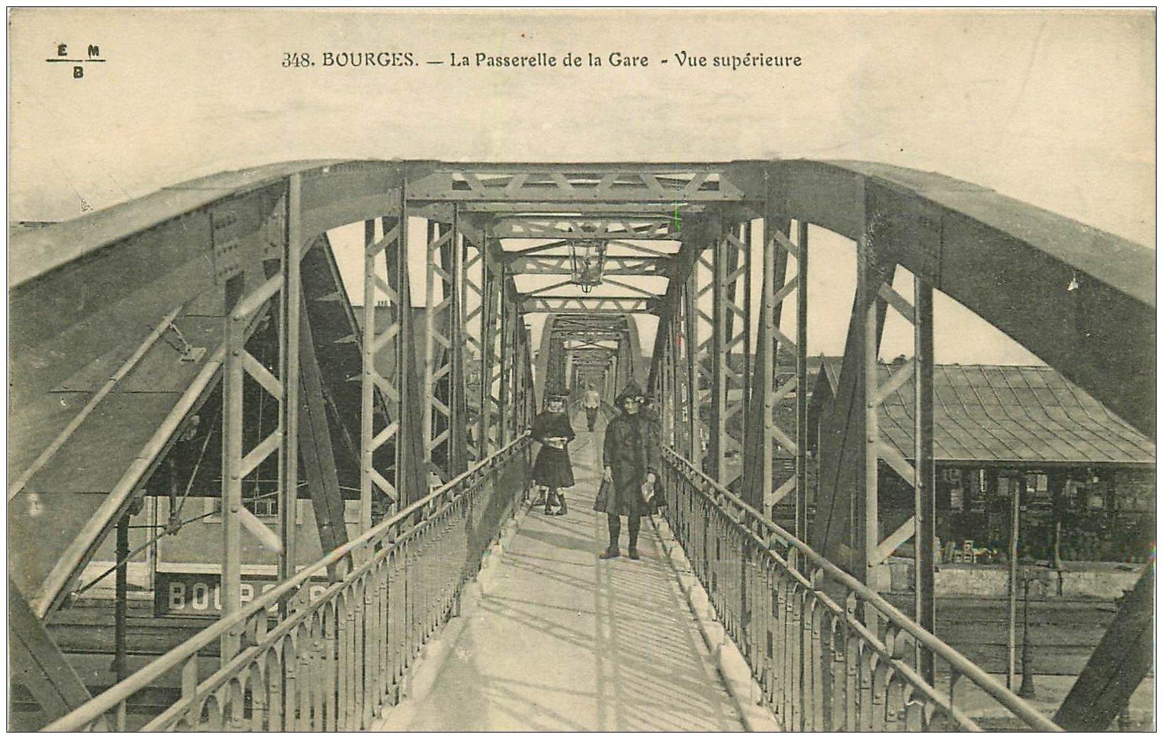 carte postale ancienne 18 BOURGES. La Passerelle de la Gare sur la ligne du Chemin de Fer