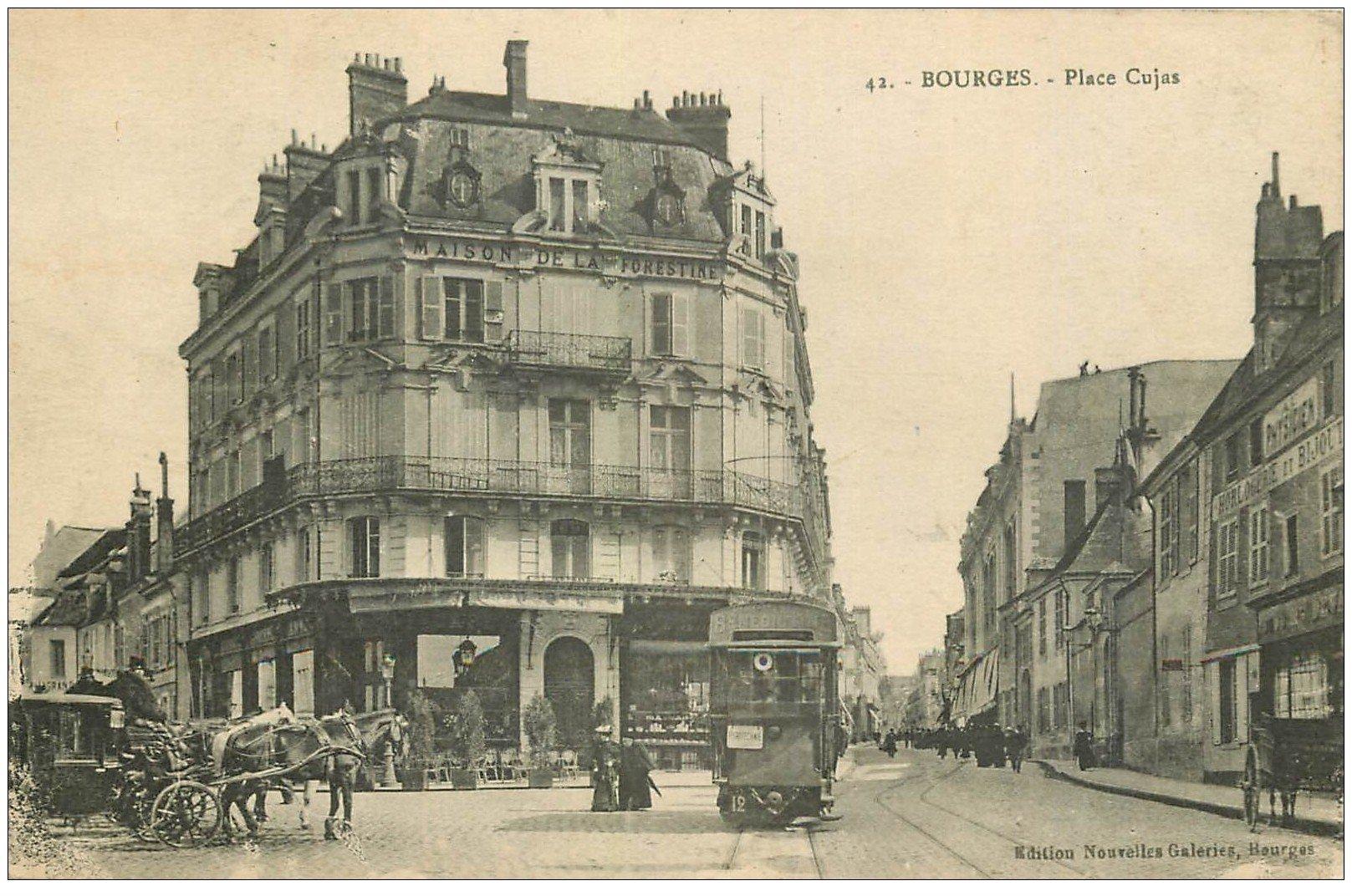 carte postale ancienne 18 BOURGES. La Place Cujas animée 1925. Maison de la Forestine tramway et fiacres