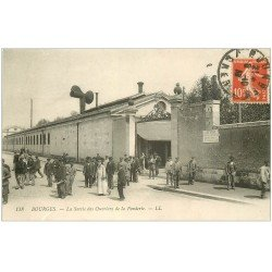 carte postale ancienne 18 BOURGES. La Sortie des Ouvriers de la Fonderie 1913