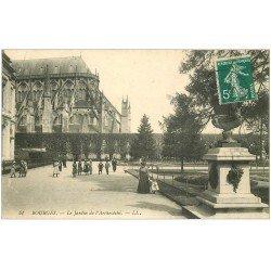 carte postale ancienne 18 BOURGES. Le Jardin de l'Archevêché animé 1910