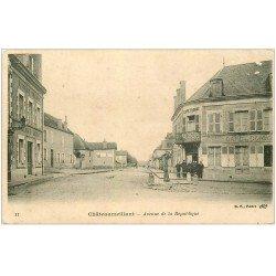 carte postale ancienne 18 CHATEAUMEILLANT. Avenue de la République. Fontaine à pompe devant Café du Commerce