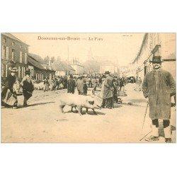 carte postale ancienne 03 DOMPIERRE-SUR-BESBRE. La Foire aux Cochons et Porcs. Maquignons