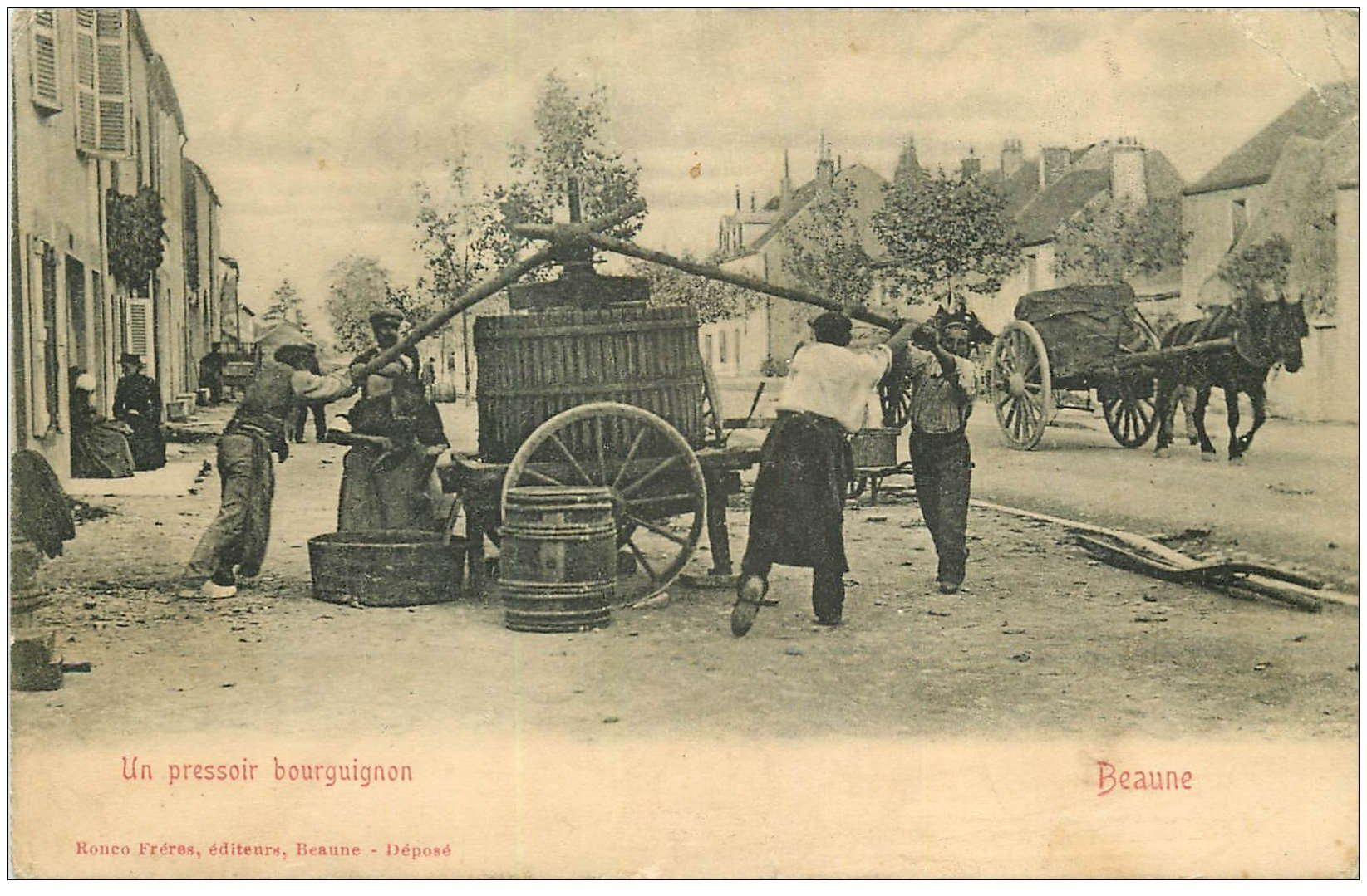 carte postale ancienne 21 BEAUNE. Un Pressoir Borguignon manuel 1915. Edition Ronco. Tampon Régiment des Chasseurs