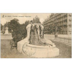 carte postale ancienne 21 DIJON. Fontaine Jeunesse Place Darcy. Tampon Militaire
